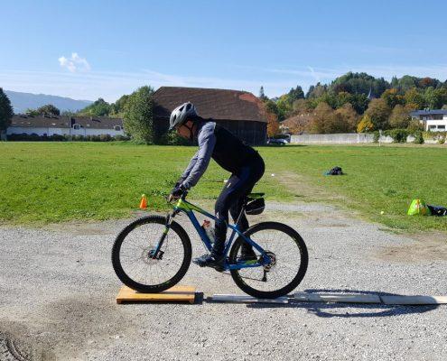 Mit dem Mountainbike Hindernisse sicher überwinden.